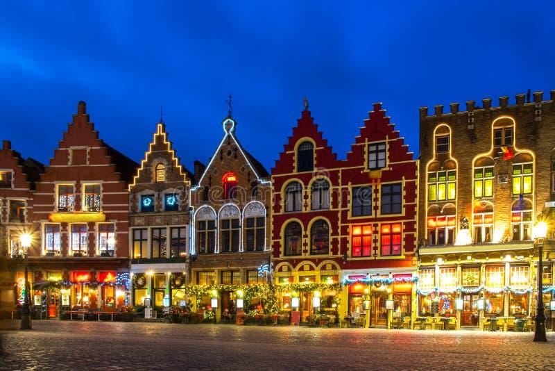 Mercado decorado e iluminado em Bruges, Bélgica imagens de stock