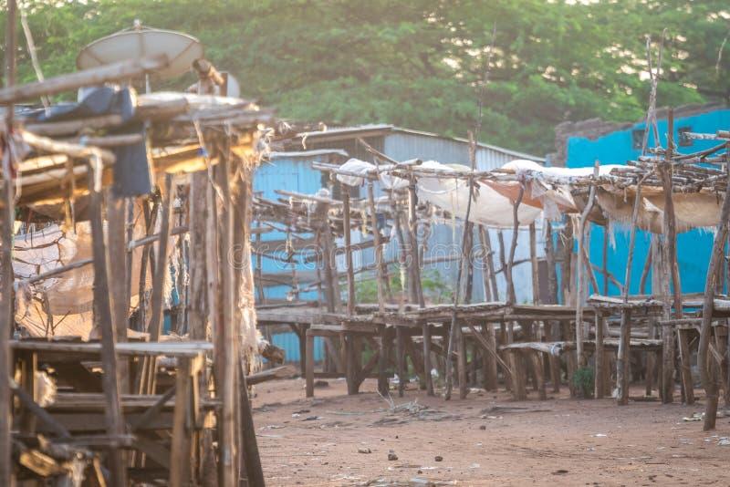 Mercado del aire abierto - madrugada en Taveta, Kenia foto de archivo