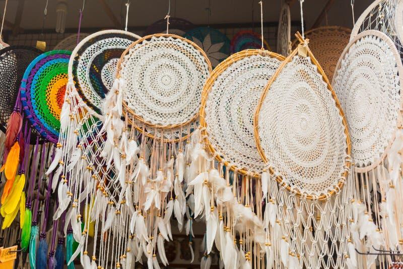 Mercado del Balinese Recuerdos de la madera y artes de residentes locales Recuerdos y estatuillas coloridos Bali, Indonesia imagen de archivo