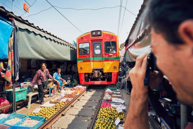 Mercado del ferrocarril de Maeklong fotos de archivo