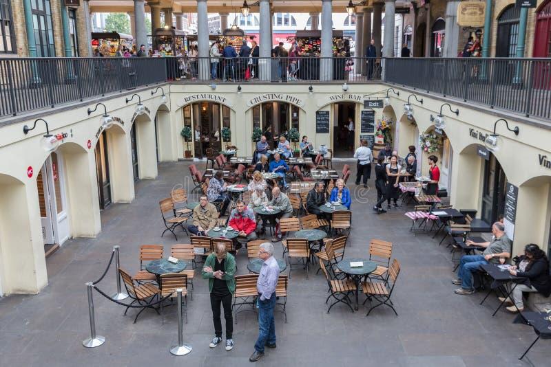 Mercado del jardín de Covent, atracción turística principal en Londres, Reino Unido fotografía de archivo