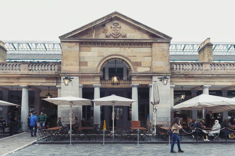 Mercado del jardín de Covent rodeado por los edificios, los teatros y las instalaciones históricos del entretenimiento en la ciud fotos de archivo