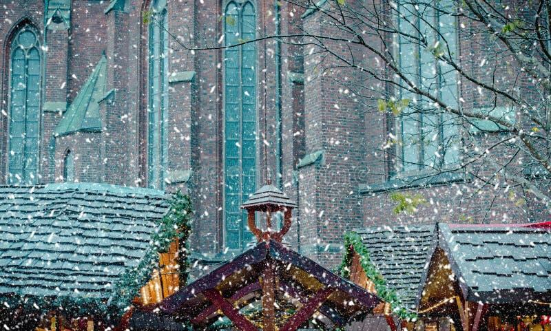 Mercado detallado de la Navidad del invierno de la imagen en Hamburgo foto de archivo