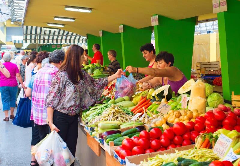 Mercado do alimento em Bósnia foto de stock royalty free