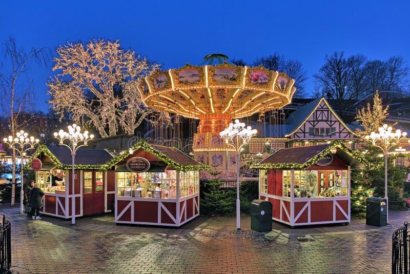Mercado do Natal com o carrossel no parque de Liseberg de Gothenburg imagens de stock royalty free