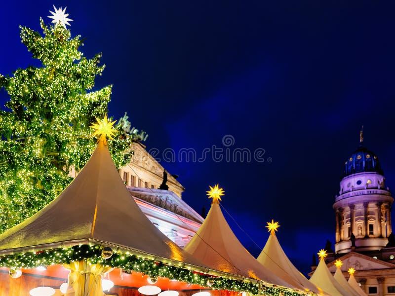 Mercado do Natal da noite em Gendarmenmarkt em Berlim no inverno imagens de stock royalty free
