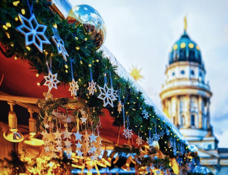 Mercado do Natal da noite em Gendarmenmarkt no inverno Berlin Germany fotografia de stock royalty free