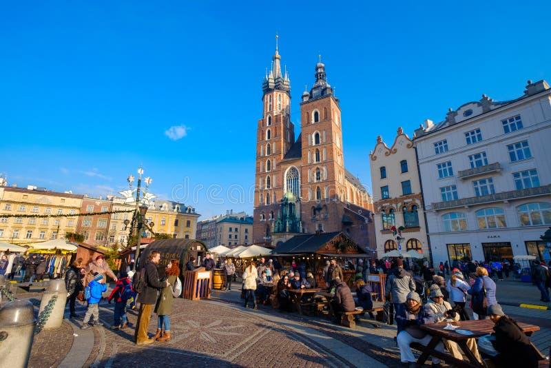 Mercado do Natal da visita dos povos no quadrado principal na cidade velha imagem de stock royalty free