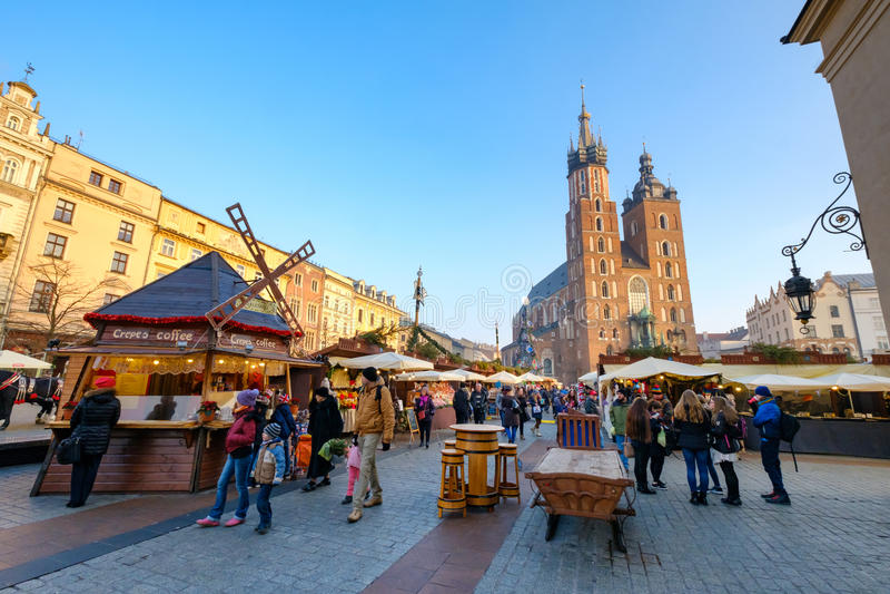 Mercado do Natal da visita dos povos no quadrado principal na cidade velha imagens de stock