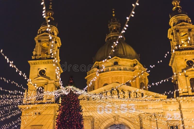 Mercado do Natal de Budapest no quadrado de Stephen Basilica de Saint, humor do Natal fotografia de stock royalty free