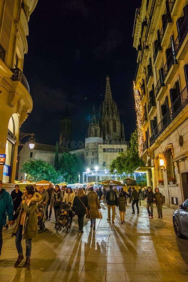 Mercado do Natal de Santa Llucia na noite em Barcelona, Catalonia, Espanha imagem de stock royalty free