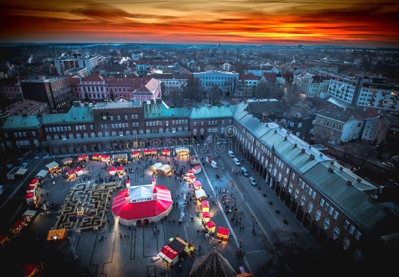 Mercado do Natal de Szeged de cima de Fotografia aérea no por do sol fotos de stock royalty free