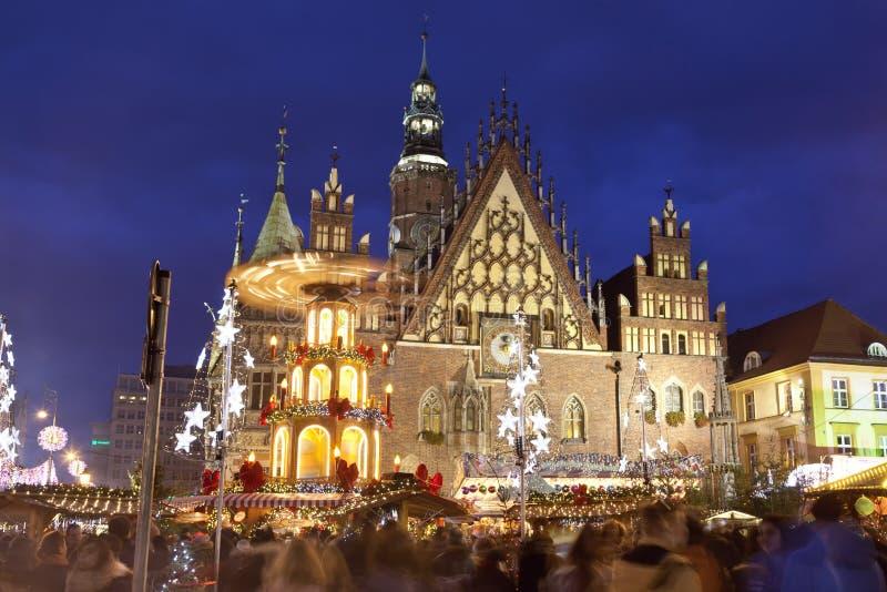 Mercado do Natal no mercado velho na frente da câmara municipal em Wroclaw, Polônia imagem de stock royalty free