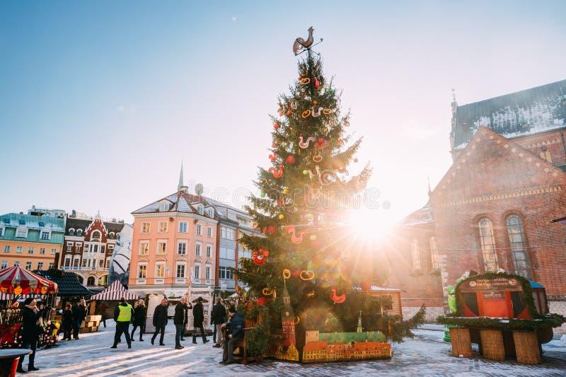 Mercado do Natal no quadrado da abóbada em Riga, Letónia Árvore de Natal imagens de stock royalty free