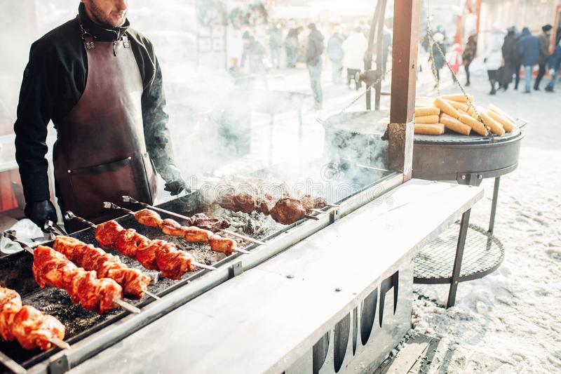 Mercado do Natal ` S do ano novo justo Alimento da rua do inverno Feriados e fins de semana na cidade Lazer da família fotografia de stock royalty free