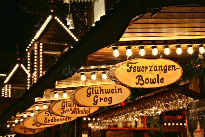 Mercado do Natal - venda mulled do vinho, em Lueneburg imagem de stock