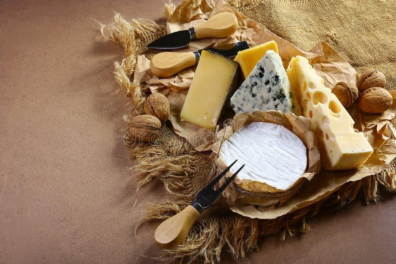 Mercado do queijo - brie, camembert e molde no gosto do queijo do Bleu com a faca das porcas, do petisco e do queijo, definição g foto de stock royalty free