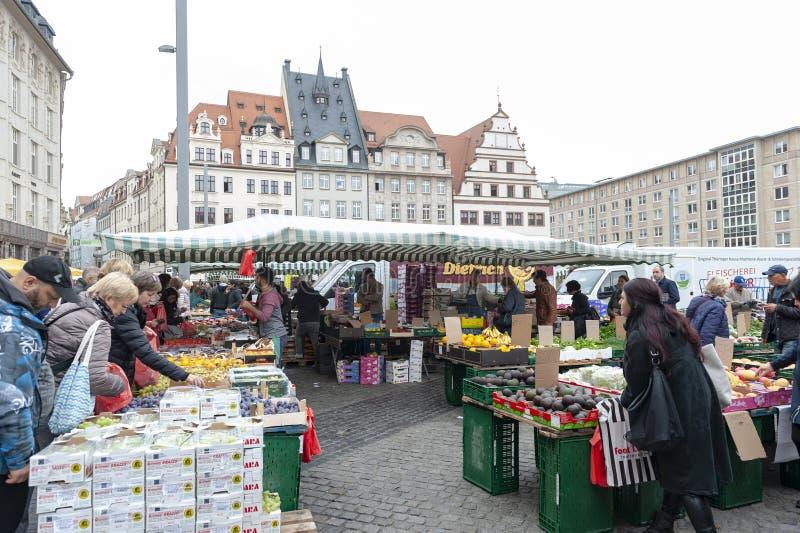 Mercado donde los diversos productos frescos de granjas se venden en Marktplatz, la plaza del mercado de los granjeros en el cent imagenes de archivo