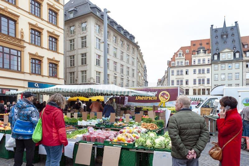 Mercado donde los diversos productos frescos de granjas se venden en Marktplatz, la plaza del mercado de los granjeros en el cent foto de archivo libre de regalías