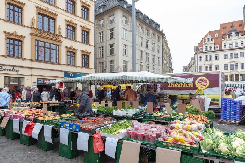 Mercado donde los diversos productos frescos de granjas se venden en Marktplatz, la plaza del mercado de los granjeros en el cent imágenes de archivo libres de regalías