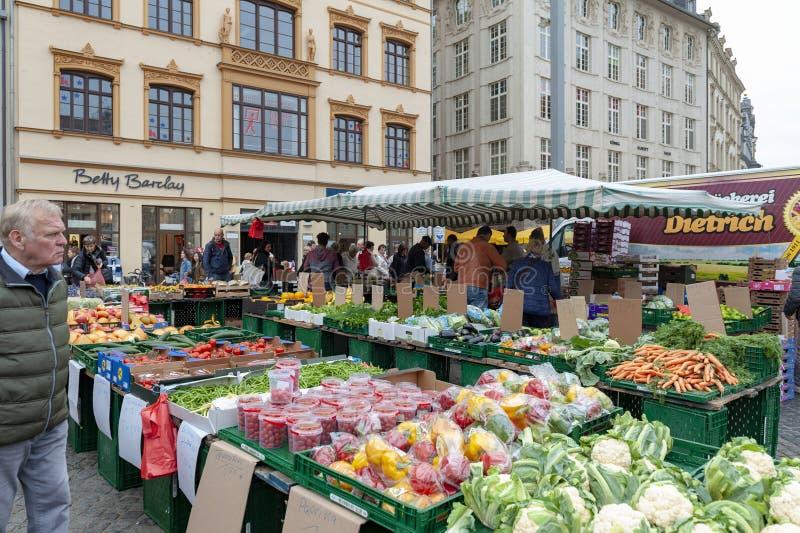 Mercado donde los diversos productos frescos de granjas se venden en Marktplatz, la plaza del mercado de los granjeros en el cent imagen de archivo