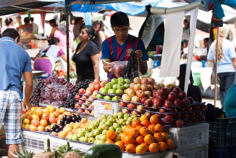 Mercado dos alimentos frescos em Equador fotos de stock royalty free