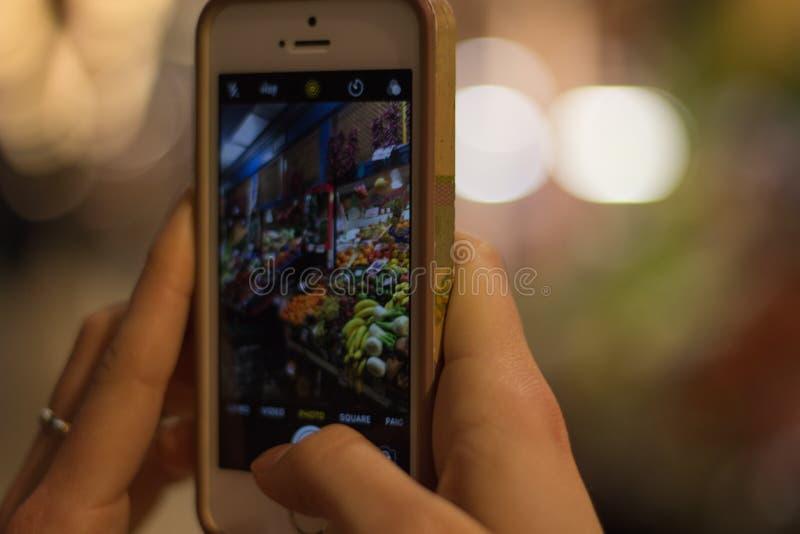 Mercado dos vegetais e de frutos através da câmera de Smartphone fotos de stock