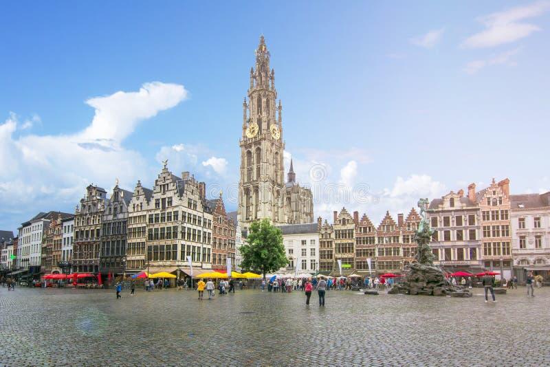 Mercado e catedral de nossa senhora, Antuérpia, Bélgica fotos de stock