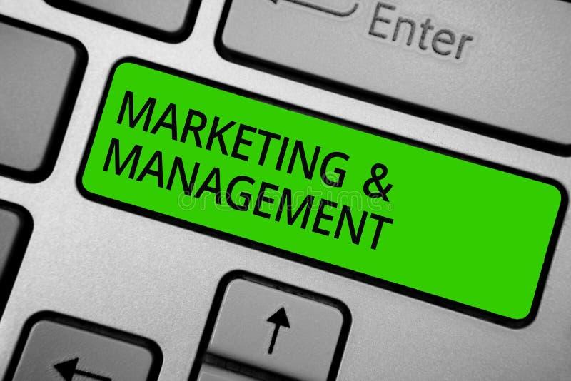 Mercado e gestão do texto da escrita da palavra Conceito do negócio para o processo de desenvolver estratégias para o butto do ve foto de stock