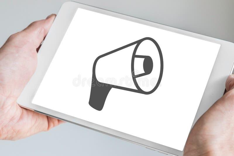 Mercado em linha e conceito móvel das vendas com as mãos que guardam a tabuleta fotografia de stock
