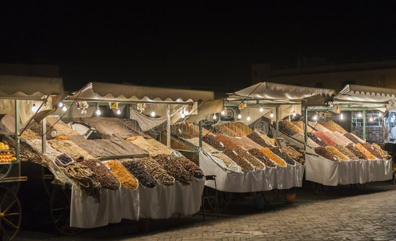 Mercado en el EL-Fnaa de Jemaa, Medina de la noche de Marrakesh, Marruecos foto de archivo libre de regalías