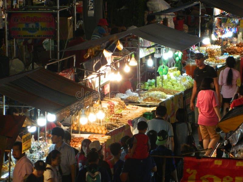 Mercado en la noche, comida de la calle, festival de Buda, Samutprakarn, Tailandia de la gente y de la comida fotografía de archivo libre de regalías