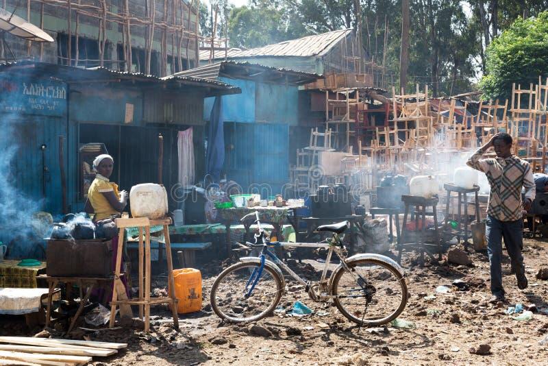 Mercado en los tugurios del bahir dar, Etiopía, EDITORIAL foto de archivo libre de regalías