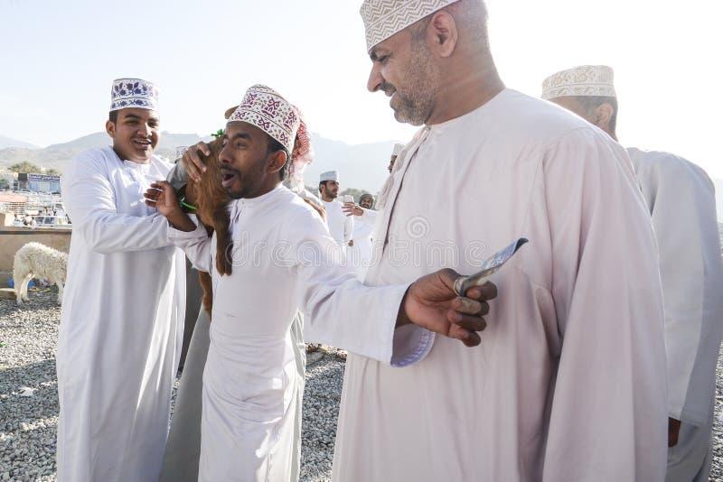 Mercado en Omán - transacción de la cabra foto de archivo