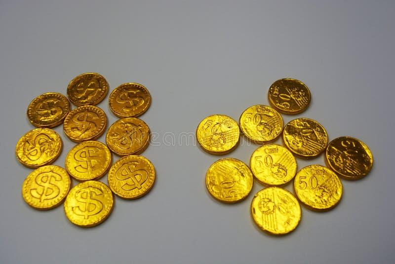 Mercado financeiro, moedas valiosas, dinheiro do ouro e contas imagem de stock royalty free