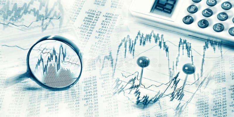 Mercado financiero con la lupa y la calculadora imagen de archivo
