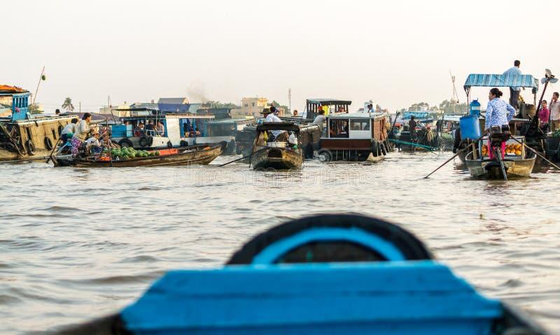 Mercado flotante de Cai Rang en Can Tho, Vietnam imagenes de archivo