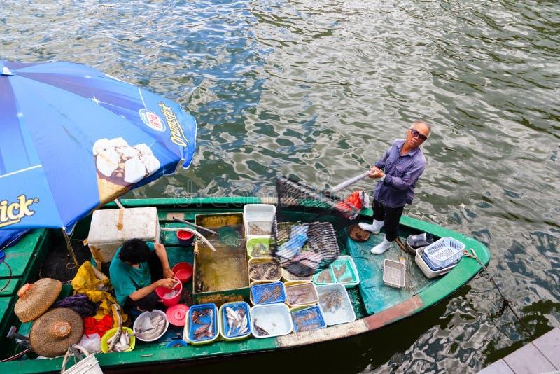 Mercado flotante de los mariscos en Sai Kung, Hong Kong imágenes de archivo libres de regalías