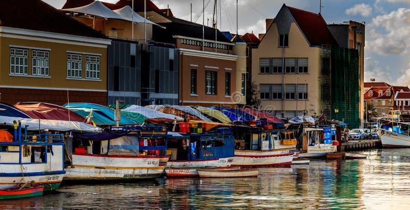 Mercado flotante en Willemstad fotografía de archivo libre de regalías