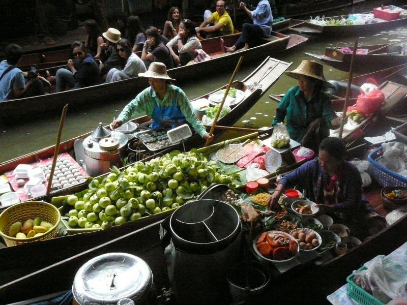Mercado flotante tailandés Damnoen Saduak que vende sus mercancías fotos de archivo libres de regalías