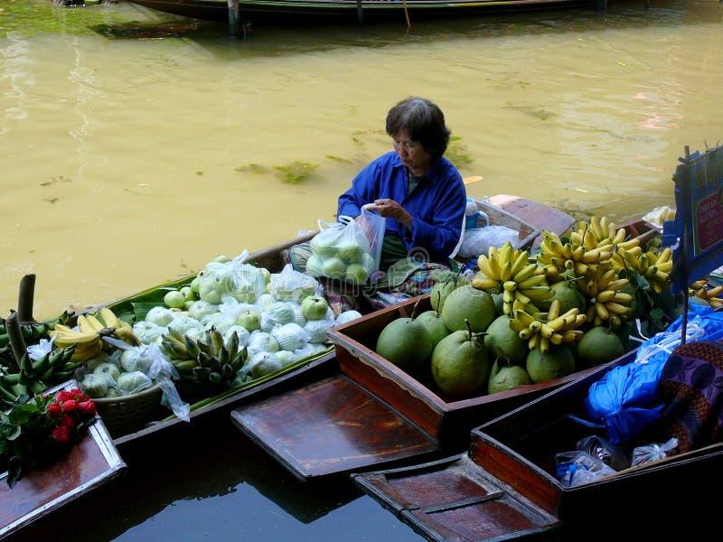 Mercado flotante tailandés Damnoen Saduak que vende sus mercancías fotos de archivo