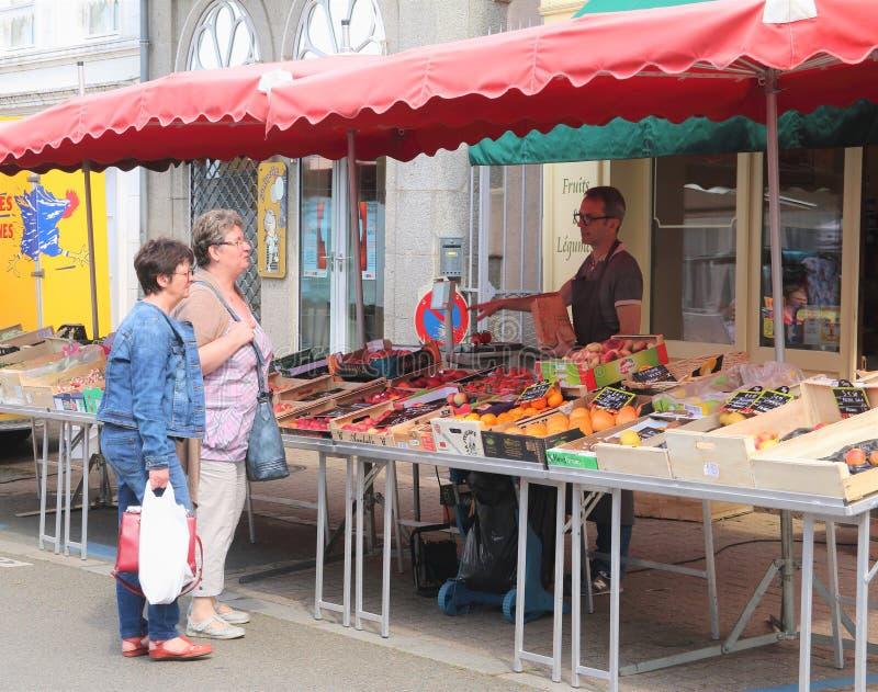 Mercado francês Ernée da manhã da vila, Mayenne, Pays de la Loire fotos de stock