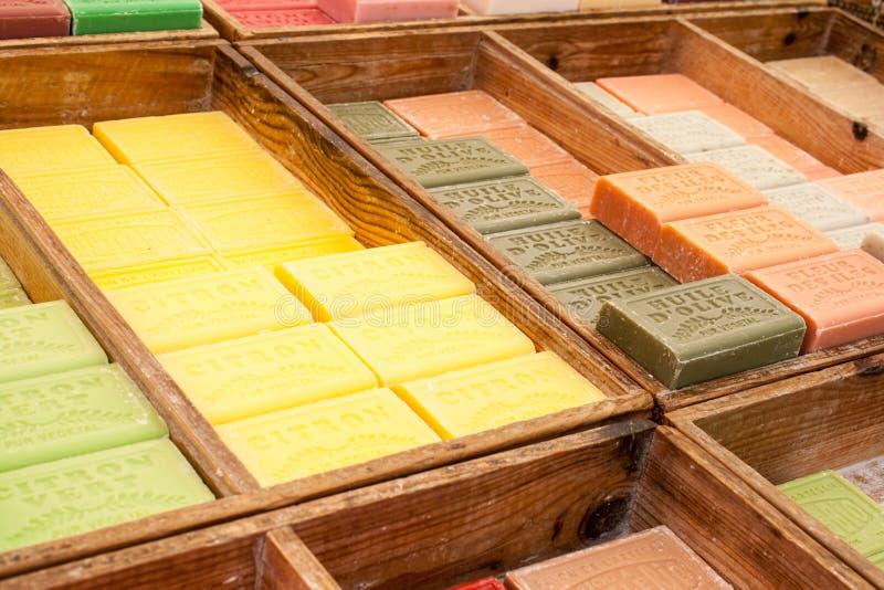 Mercado herbario colorido y fragante del jabón en Francia foto de archivo