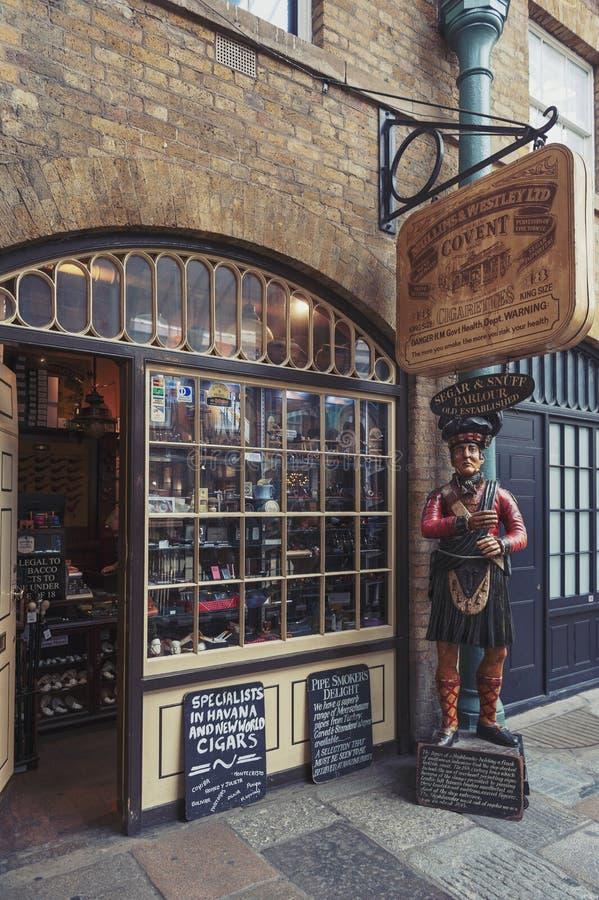 Mercado interior del jardín de Covent de la tienda de tabaco, Londres, Reino Unido foto de archivo