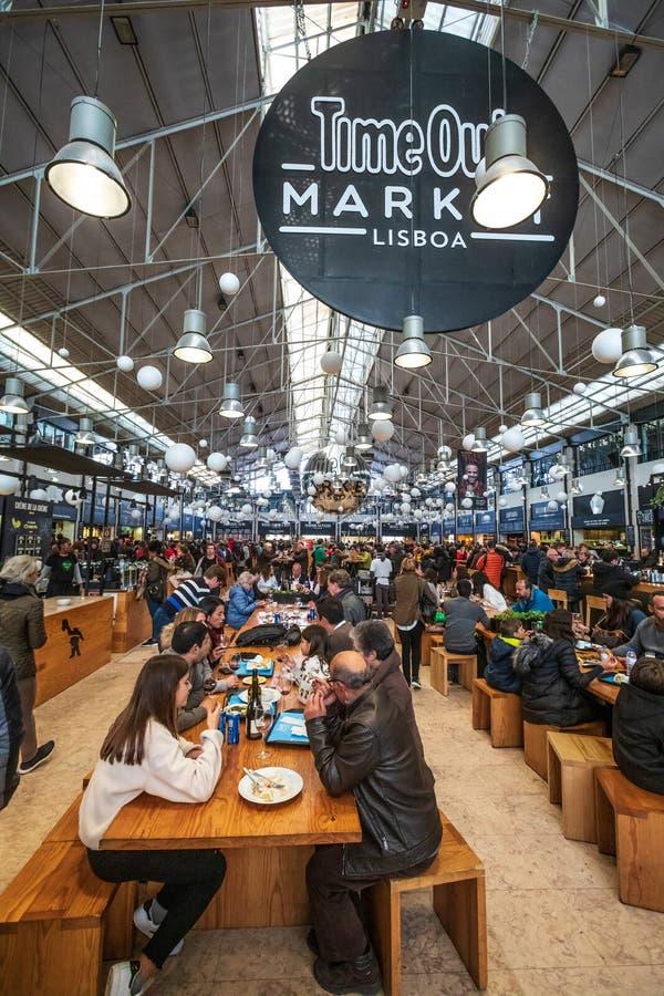 Mercado Lisboa do Time Out Multidão de comer dos povos foto de stock royalty free