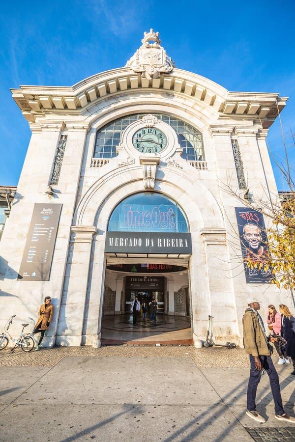 Mercado Lisboa do Time Out, Portugal Entrada externo, pessoa que anda na rua fotos de stock