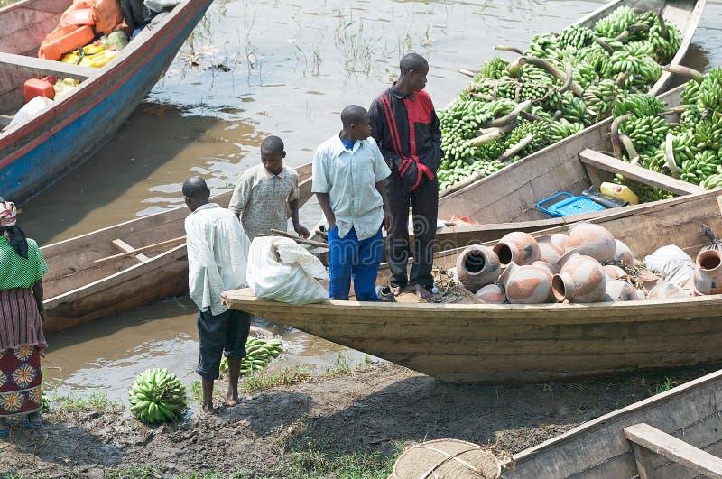 Mercado a lo largo de las baterías del lago Kivu imagen de archivo