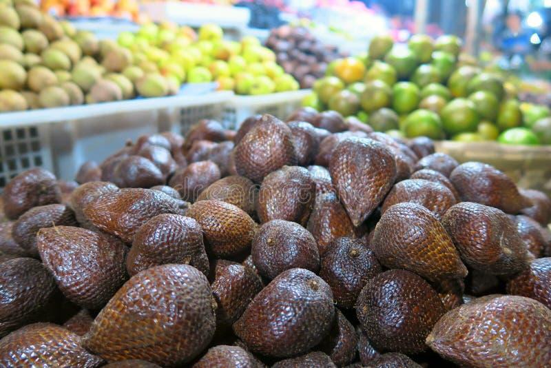 Mercado local dos frutos tropicais: fruto, maçãs e mandarino da serpente Bali, Indonésia imagens de stock royalty free