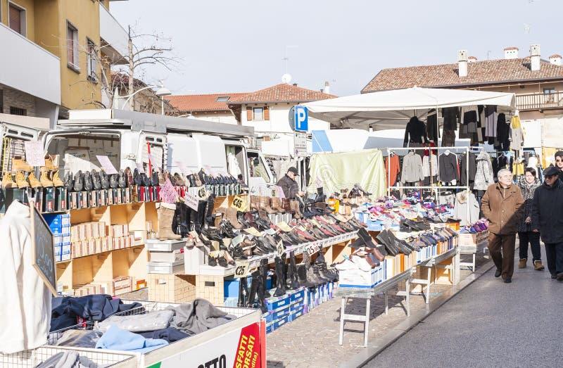 Mercado local exterior em Nord Est de Itália fotos de stock royalty free