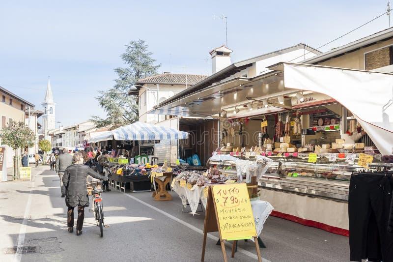 Mercado local exterior em Nord Est de Itália fotografia de stock